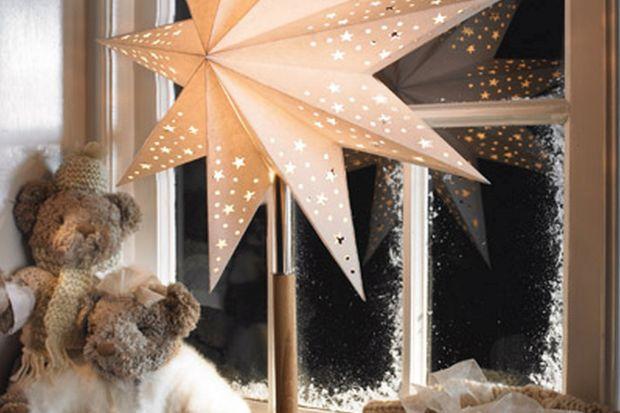 Bożonarodzeniowe dekoracje świetlne pomagają stworzyć we wnętrzach magiczną atmosferę. Stylowe świeczniki, pięknie oświetlona choinka, ozdobne gwiazdy - to dzięki nim świąteczne spotkania z bliskimi są jeszcze bardziej wyjątkowe.