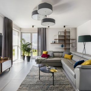 W jasnym, przytulnym salonie fajnie wyglądają kolorowe poduszki. Projekt: Sylwia Kowalczyk-Gajda, Anna Lemańczyk. Fot. Kroniki Studio