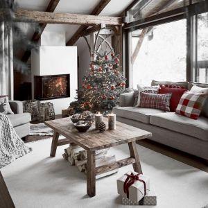 Pomysł na świąteczną aranżację salonu i piękne Bożonarodzeniowe dekoracje. Fot. WestwingNow