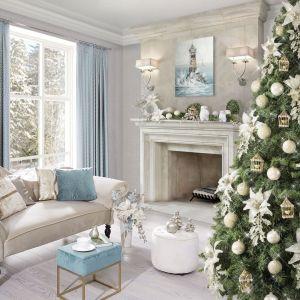Pomysł na świąteczną aranżację salonu i piękne Bożonarodzeniowe dekoracje. Fot. Eurofirany