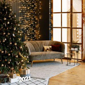 Pomysł na świąteczną aranżację salonu i piękne Bożonarodzeniowe dekoracje. Fot. OknoPlus