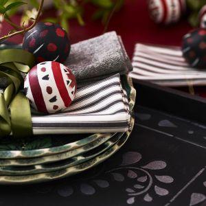 Taca w kolorze Athenian Black ozdobiona przy użyciu szablonu Faux Bone Inlay, taca i bombki wykończone lazurą perłową Pearlescent Glaze. Fot. Annie Sloan