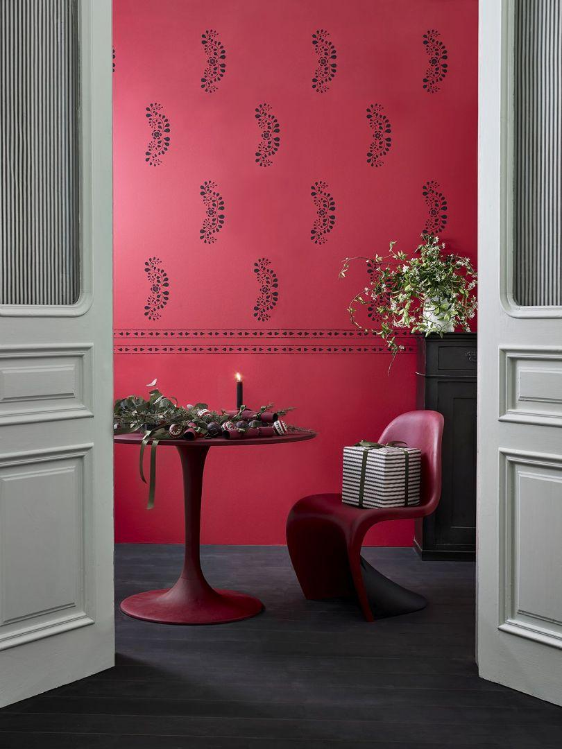 Ściana wykończona Chalk Paint™ w kolorze Burgundy, ozdobiona przy użyciu szablonu Faux Bone Inlay