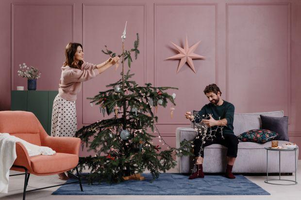 Choinka to punkt wyjścia dla świątecznej aranżacji wnętrza. Nie martw się jednak, gdy twoje drzewko nie wygląda jak to z katalogu. Przedstawiamy trzy proste stylizacje, które ułatwią wybór dekoracji z myślą o wyjątkowych świętach Bożego N