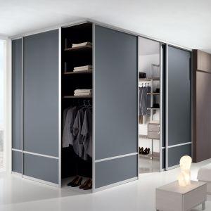Szklane przegrody (w tym wypadku drzwi przesuwne w systemie Szafir od marki Komandor) to idealny sposób, by subtelnie oddzielić garderobę od reszty sypialni. Fot. Komandor