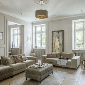 Piękny klasyczny salon zaaranżowany w bielach i beżach to przepis na ponadczasową aranżację. Projekt: Monika i Adam Bronikowscy, Hola Design. Fot. Yassen Hristov. Stylizacja Patrycja Rabińska