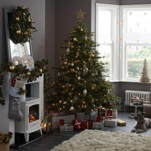 Pomysł na świąteczną aranżację salonu i piękne Bożonarodzeniowe dekoracje. Fot. Castorama