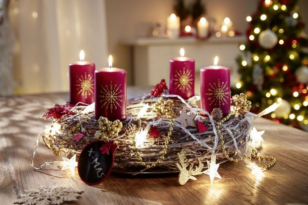 Jak przystroić dom na święta Bożego Narodzenia? Odpowiedzią na świąteczny zawrót głowy jest praktyczne podejście. Dzięki niemu oszczędzimy czas, nerwy i pieniądze. W jaki sposób stworzyć piękne dekoracje, zachowując przy tym zdrowy rozsą
