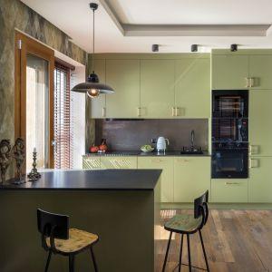 Kolory, wykorzystane przez projektantów wnętrz w odpowiedni i przemyślany sposób potrafią kompletnie odmienić z pozoru proste i nudne wnętrze. Projekt: Miśkiewicz Design. Fot. Łukasz Zandecki