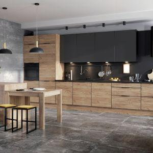 Zabudowa kuchenna KAMmono black i drewno. Fot. KAM