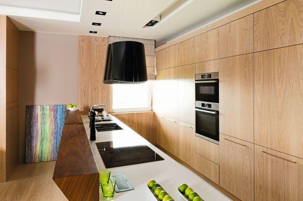 Drewno w kuchni zawsze wygląda efektownie, a dodatkowo fantastycznie ociepla jej wizerunek i nadaje przytulności. Nie ma drugiego wzoru z tak ogromnym potencjałem budowania domowego klimatu, który jest wybierany chętnie przez miłośników każdej st