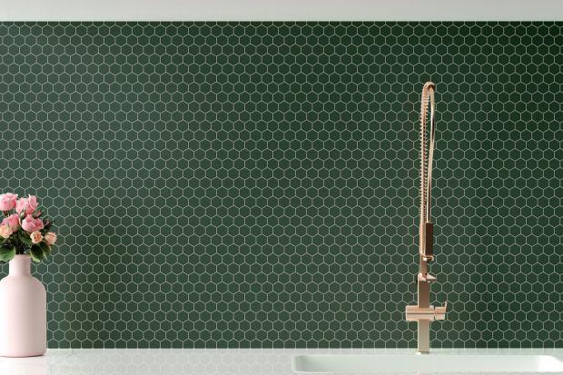 Płytki matowe na ścianie w kuchni i w innych wnętrzachto już od kilku sezonów gorący trend. Mają one wiele zalet – często są praktyczniejsze od kafelków z połyskiem, tworzą ciepłe i dyskretne tło dla mebli i dodatków, mogą nadaćści