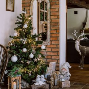 Pomysł na aranżację stołu i świąteczną dekorację wnętrza w stylu leśnym. Fot. mat. prasowe Home&You