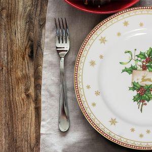 Fason Yvonne w dekoracji Holly łączy w sobie wszystko, co w świątecznym wzornictwie lubimy najbardziej – połyskujące złotem śnieżynki, czerwień owoców ostrokrzewu i soczystą zieleń gałązek. Fot. Ćmielów