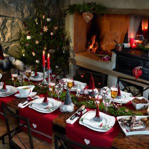 Zastawa Åsa's Christmas z uroczym motywem skrzatów inspiruje, zachęca do zabawy i łączy pokolenia. Najwyższej jakości porcelana, talerze nawiązujące kształtem do pofałdowanych zasp śniegu i ręcznie malowany, bajeczny dekor. Fot. Fyrklövern