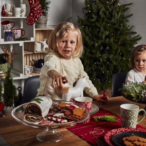 Prostota i niewymuszona elegancja typowa dla stylu skandynawskiego wyróżnia świąteczną zastawę stołową Skog. Ozdobiona motywem śnieżynek dostępna jest w dwóch wersjach kolorystycznych: zieleni i czerwieni. Fot. Duka