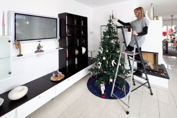 Lubimy świąteczne dekoracje we wnętrzach, ale też na zewnątrz naszych domów. Kolorowe lampki, świecące renifery i fantastyczne renifery wyglądają super. Jak je bezpiecznie zamontować? Podpowiadamy!