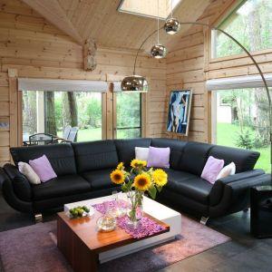 Przytulny, jasny salon w domu z bali. Drewna tu nie brakuje. Projekt: Tomasz Motylewski, Marek Bernatowicz. Fot. Bartosz Jarosz