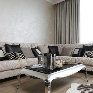 Ściana za kanapą w salonie została wykończona dekoracyjnym tynkiem o lekkim połysku. Projekt: Karolina Łuczyńska Fot. Bartosz Jarosz
