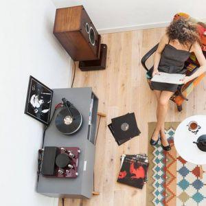 Szafka Sideboard TV w stylu vintage, idealna jako podstawa pod sprzęty audio lub domowe drobiazgi. Wykonana ręcznie z litego drewna i blatu w dowolnym odcieniu. Cena: od 1299 zł. Producent: Minko