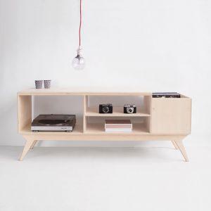 Szafka rtv Drupal.vinyl to połączenie innowacyjnej, surowej formy i stylizowanej konstrukcji. Projektanci inspirowali się współczesnym designem skandynawskim oraz innowacyjnymi projektami wzornictwa lat 70-tych. Prawy box szafki został tak zaprojektowany, by pomieścić płyty winylowe i móc je wygodnie przeglądać. W lewym module zmieści się gramofon. Od 2490 zł. Producent: Wood Republic
