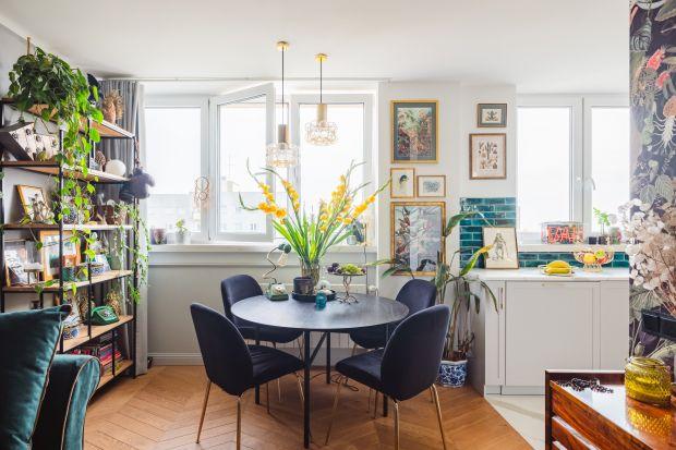 Barbara Godawska na niewielkiej przestrzeni w ograniczonym czasie stworzyła aranżację, która stanowi kwintesencję stylu eklektycznego. Czerpiąc z najróżniejszych stylistyk, odważnie łącząc materiały, kolory i wzory, osiągnęła efekt wewnęt