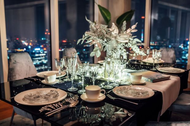 Choć wigilijna kolacja na pewno będzie w tym roku inna niż zwykle, stół warto przystroić jeszcze piękniej! Zobaczcie 3 propozycje eleganckiej i stylowej dekoracji Bożonarodzeniowego stołu.