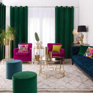 Zasłony w salonie w kolorze głebokiej butelkowej zieleni, wykonane z welwetu. Fot. Dekoria