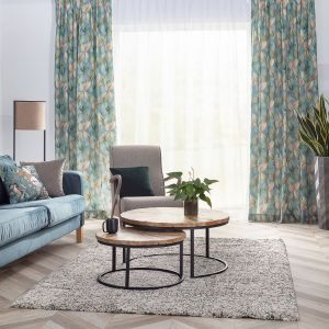 Wzorzyste zasłony w salonie w modnych kolorach natury i botanicznych wzorach (kolekcja tkanin Abigail). Fot. Dekoria