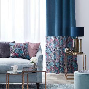 Granat to bardzo dobry wybór na kolor zasłon. Tutaj w pięknym połączeniu z pastelowymi wzorami. Fot. Dekoria