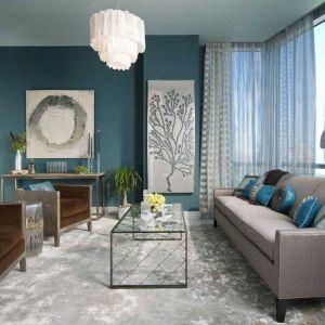 Salon urządzony w chłodnych odcieniach, ściany w modnym szmaragdowym kolorze i jasne zasłony w geometryczny wzór (tkanina Deco Stripe). Fot. Sanderson Design Group