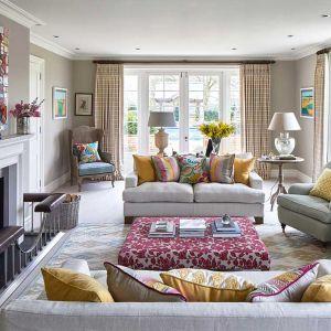 Kolorowy salon w tradycyjnym, ale nieco eklektycznym stylu. Piękne pasiaste zasłony idealnie tu pasują. Fot. Sanderson Design Group