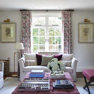 Kwieciste zasłony (kolekcja Neumors) idealnie sprawdzą się w salonie w stylu angielskim, romantycznym, eklektycznym. Fot. Sanderson Design Group