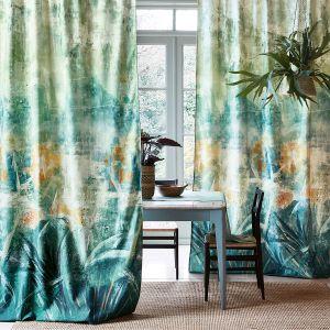 Zasłony w salonie niczym dzieło sztuki. Piękne odcienie zieleni idealnie pasują do nowoczesnego i stylowego wnętrza. Kolekcja Ostara marki Villa Nova. Fot. Villa Nova