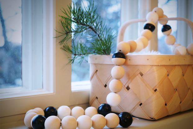 Jednym ze składników bożonarodzeniowej atmosfery są piękne dekoracje. Za ich sprawą pomieszczenia przepełnia magia, a nas urzeka świąteczny nastrój. Szczególnie ujmujące są ozdoby, które wykonujemy własnoręcznie.