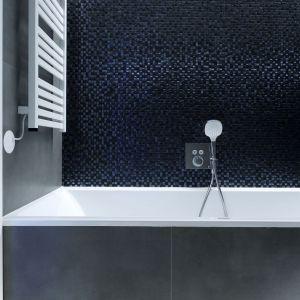 Ściany w łazience wykończono błyszczącą mozaiką. Projekt wnętrza: Paulina Zwolak i Jakub Nieć z pracowni Projektyw. Zdjęcia: Jakub Dziedzic