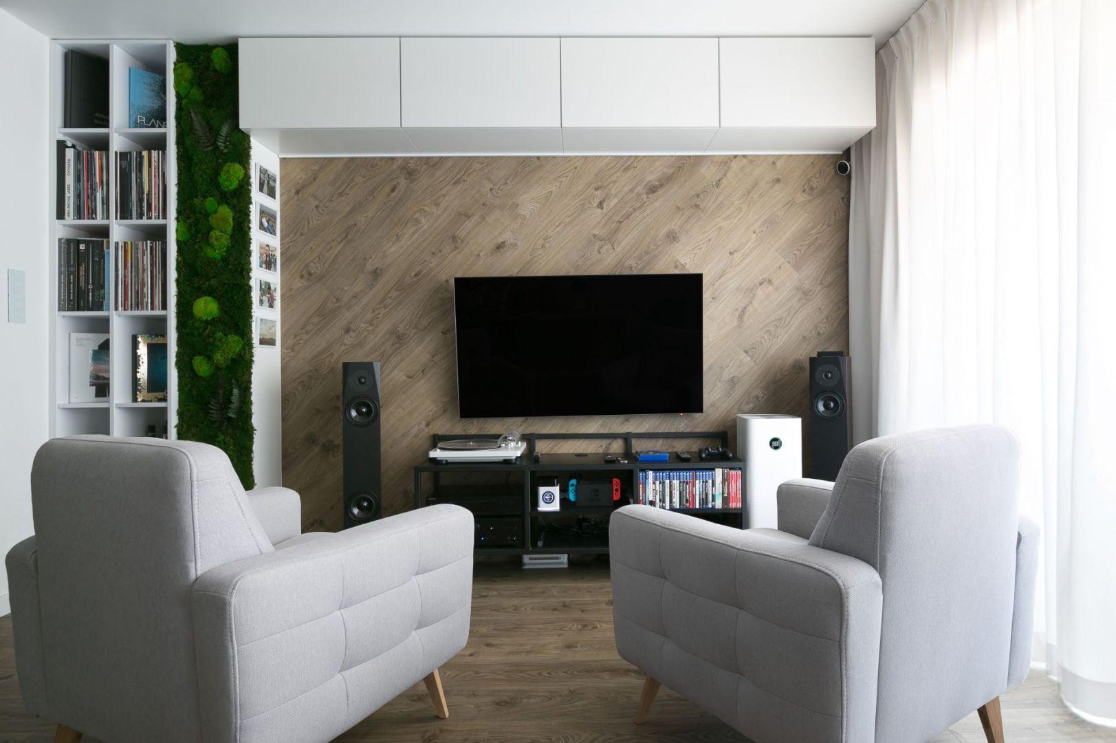 Projekt 53-metrowego mieszkania dla pary - pokój dzienny. Projekt wnętrza: Paulina Zwolak i Jakub Nieć z pracowni Projektyw. Zdjęcia: Jakub Dziedzic