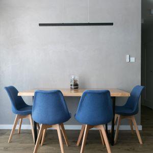W części dziennej znalazła się też nowoczesna jadalnia - drewniany stół i tapicerowane krzesła. Projekt wnętrza: Paulina Zwolak i Jakub Nieć z pracowni Projektyw. Zdjęcia: Jakub Dziedzic
