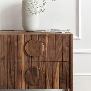 Komoda z kolekcji XO, tworzona z litego, certyfikowanego drewna dębowego oraz z orzecha amerykańskiego (certyfikat FSC). Cena: 4890 zł (wersja XO 3), 6190 zł (wersja XO 4). Producent: Tamo.  Fot. Tom Kurek