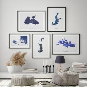 Grafiki ścienne to świetny pomysł na ścianę w salonie. Na zdjęciu propozycje od Studio Warto. Fot. mat. prasowe