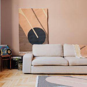 Kilimy na ścianę to coraz popularniejszy pomysł do wnętrz. Na zdjęciu piękna tkanina od polskiej marki Tartaruga. Fot. Karolina Grabowska, Kaboompics
