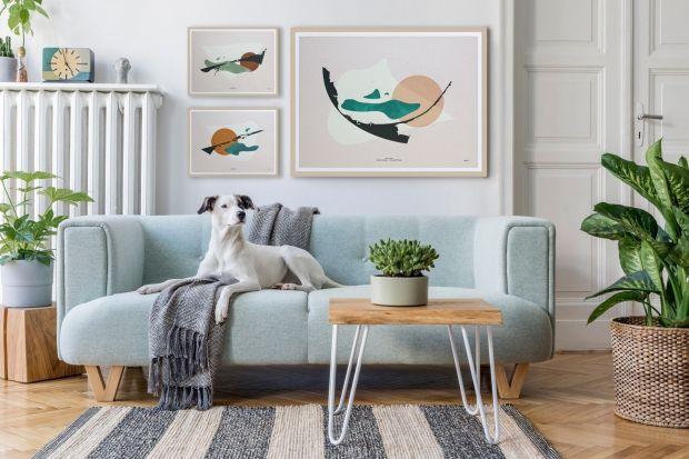 Dekoracje na ścianie w salonie dopełniają wnętrze, czyniąc je bardziej przytulnym i przyjaznym dla oka. Powiększające przestrzeń lustra, ulubione plakaty, grafiki, obrazy – to dobrze wszystkim znane i lubiane ozdoby ściany . Coraz większą pop