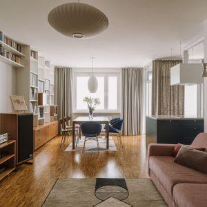 Na ścianie za kanapą wisi kilim w vintagowym stylu. Projekt: Agata Ambrożewska, Agata Krzemińska, pracownia A+A. Zdjęcia: PION Studio