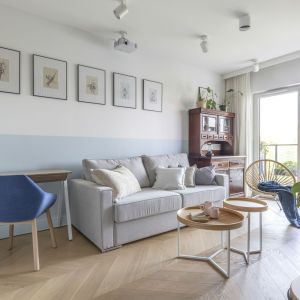 Grafiki na ścianie za kanapą w jasnym salonie. Projekt: Joanna Dziurkiewicz, Tworzywo studio. Zdjęcia Pion Poziom
