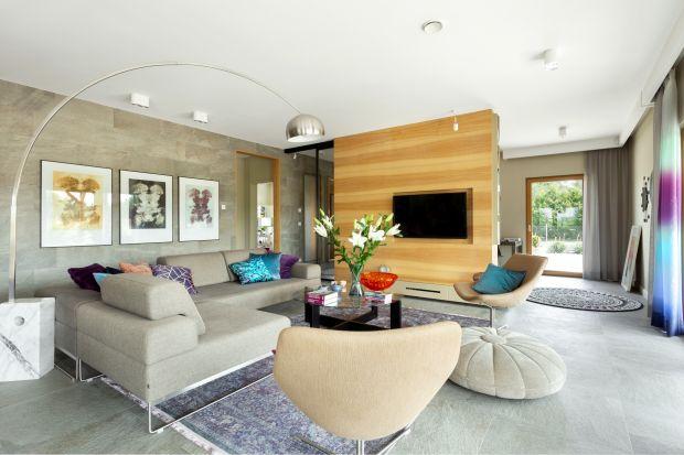 Drewno, panele, a może płytki? Zobaczcie jakie materiały sprawdzą się na podłodze w salonie.