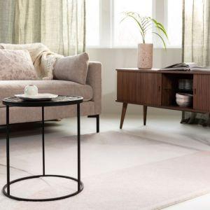 Prostokątny lub kwadratowy dywan najlepiej rozłożyć w kącie wypoczynkowym, a okrągły na środku pomieszczenia, zwłaszcza dużego, czyli tam, gdzie na ogół nie stawia się mebli. Fot. Zuiver/Dutchhouse.pl