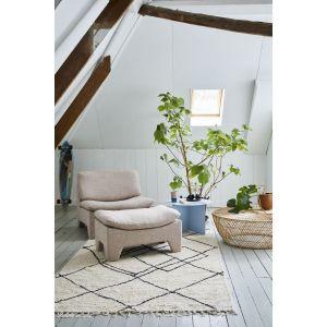 Dywan o geometrycznym wzorze pięknie ożywi jasną, stonowaną aranżację salonu. Fot. HKliving/Dutchhouse.pl
