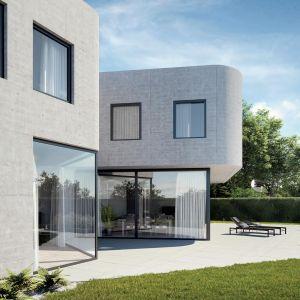 Dzięki doborowi odpowiedniego pakietu szybowego do wielkoformatowego okna, może z łatwością uzyskać pożądane przez siebie warunki w domu – bez rezygnowania z modnego, designerskiego rozwiązania. Fot. OknoPlus