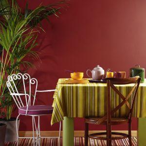 Wspólne posiłki spożywane wśród barwy Dark Raspberry z palety Beckers Designer Colour staną się jeszcze przyjemniejsze, przywołując miłe wspomnienia o świątecznej kolacji. Fot. Beckers Designer Colour
