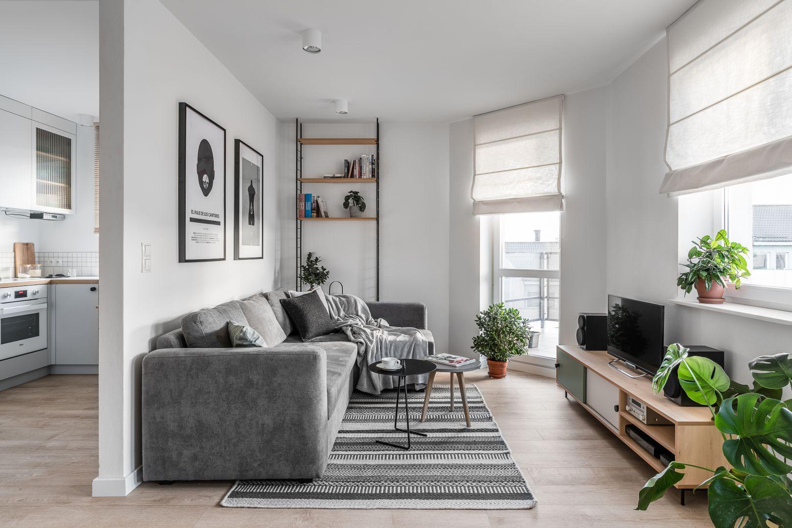 Ponadczasowy salon to wnętrza urządzone w neutralnych kolorach. Mile widziane szarości i biel. Projekt Raca Architekci. Fot. Fotomohito
